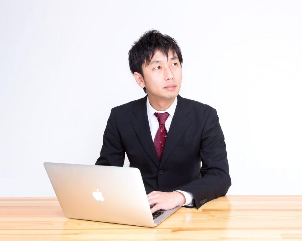 パソコンの前で考える人
