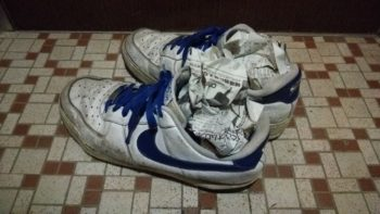 新聞紙を詰め込んだ靴