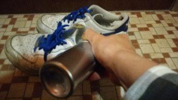 靴にエージープラスをスプレーして煙だっているところ